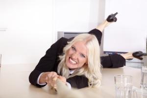 Über den Tisch gezogen, Frau ist verärgert